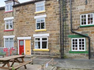 THE COTTAGE, BECKSIDE, family friendly, with a garden in Staithes, Ref 978