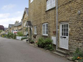 FORGET ME NOT COTTAGE, pet friendly, character holiday cottage, with open fire in Chipping Norton, Ref 4056