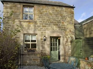 CLEMATIS COTTAGE, family friendly, character holiday cottage, with a garden in Baslow, Ref 4126