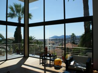 Cannes Villa with a Sea View, WiFi, and Pool, Located Near Shops, Le Cannet