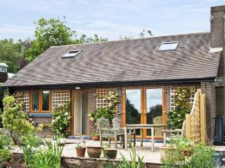 BARKS COTTAGE, pet friendly, country holiday cottage, with a garden in Moneystone, Ref 3888, Oakamoor