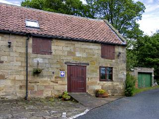 STABLE COTTAGE, family friendly, character holiday cottage, with a garden in Danby, Ref 4230