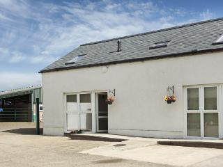 THE LOFT, pet friendly, country holiday cottage, with hot tub in Annan, Ref 4232