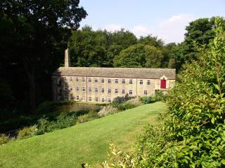 Hewenden Mill Cottages -Beautiful 3 bed town house, Bradford