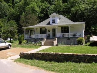 River Front Home - Hot Tub, Sauna, Walk to Town!!!, Hot Springs