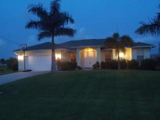 VILLA PALM TREE, SOLAR HEATED POOL, GARDEN, BIKES, Cape Coral