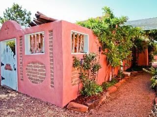 Casita Ortega - Luxury, walk to plaza, patio, hot tub, wifi, private parking, Santa Fe