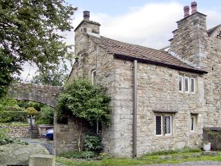BEEHIVE COTTAGE, pet-friendly, character holiday cottage, with open fire, in High Bentham, Ref 4083, Lancaster