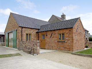 HOLLIES BARN, family friendly, luxury holiday cottage, with a garden in Atlow, Ref 4004, Ashbourne