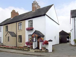 NUMBER 7, pet friendly, character holiday cottage, with a garden in Allestree, Ref 4104, Derby