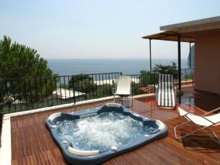 Luly, Bright & Romantic with Panoramic Jacuzzi, Marina del Cantone