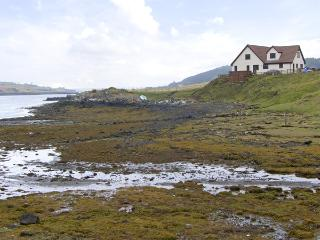 WATER'S EDGE, family friendly, with a garden in Dunvegan, Isle Of Skye, Ref 4262