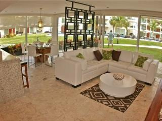 GH5 - Ground Floor home right off of the Huge Infinity Pool, Playa del Carmen