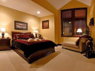 Huge master bedroom with ensuite bathroom, lounge area and walk-in-closet. Bathroom with heated floor and steam shower.