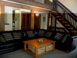 6 Bed-SunPorch-Patio-Privacy fencing-DOGS allowed, Narragansett