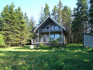 Big Hill Retreat - secluded Log Chalet, Baddeck