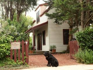 The Coach House, romantic self contained cottage, Port Fairy