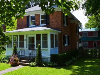 Downtown-huge private garden, shop, dine, theatre, Niagara-on-the-Lake