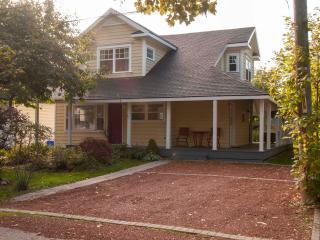 Easy walk to shops, dining, theatre, parks, grocer, Niagara-on-the-Lake