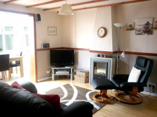 Pet Friendly Holiday Cottage - Cartwrights Cottage, Ivy Tower Village, St Florence, St. Florence