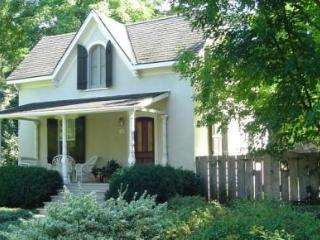 Periwinkle Cottage - private garden & heated pool, Niagara-on-the-Lake
