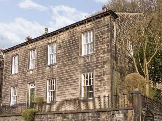 THE STAMP OFFICE, pet friendly, character holiday cottage, with a garden in Hebden Bridge, Ref 5383