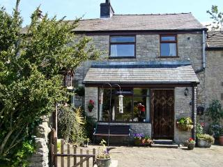 IVY COTTAGE, country holiday cottage, with a garden in Tideswell, Ref 4547