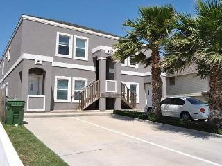 Ground floor vacation condo w/ pool - just down the street from the beach., Port Isabel