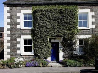 MILLWARD HOUSE, pet friendly, character holiday cottage, with a garden in Longnor, Ref 5407