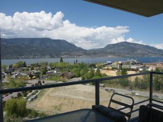Amazing View! 2BR+Den Downtown Condo on 12th Floor, Kelowna