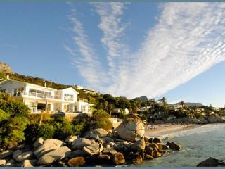 SECLUDED ESCAPE:Beachfront,infinity pool & jacuzzi, Clifton