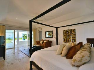 AMBIANCE...Fabulous with a capitol F!! Huge bed and bathrooms, the PERFECT couples villa, Terres Basses