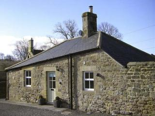 PUFFIN COTTAGE, pet friendly, with a garden in Alnmouth, Ref 7020
