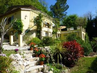 Les Roches Fleuries 3 Bedroom Vacation Rental with a Garden and Balcony, Mougins