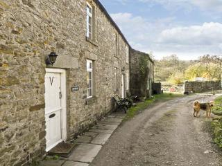 ARKLEHURST, pet friendly, WiFi, country holiday cottage in Langthwaite, Ref 7112, Reeth