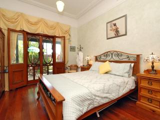 Arty 1927 B&B 5 mins from Perth CBD.