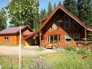 The Real McCall Log Cabin with secluded Hot Tub