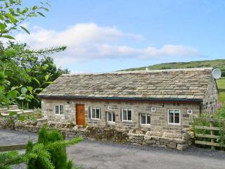 PACK HORSE STABLES, character holiday cottage, with hot tub in Hebden Bridge, Ref 5595