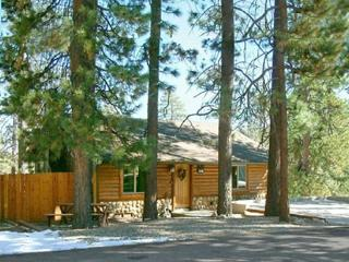 Little Star Cabin a charming dog friendly Vacation Cabin in Big Bear with gorgeous lakeviews, fenced yard, and wifi., Big Bear Region