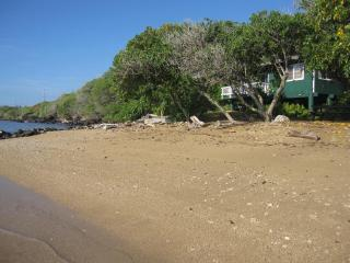 Dunbar Beachfront Cottages-Pauwalu Cottage, Kaunakakai