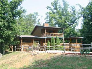 Luxury 2 Bed, 2 Bath Cabin Just Min from DoLlywood, Pigeon Forge