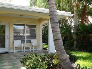 Stunning 2/2 cottage apartment - vacationers dream, Fort Lauderdale