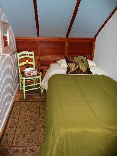 Our small extra bedroom...cozy center location with a single bed.