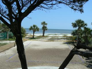 Short Walk to Ocean - Free Wi-Fi - 3BR - Top Floor, Hilton Head