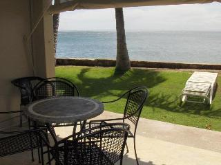 At 12ft Maui beautiful Ocean Front Studio /kitchen, Lahaina