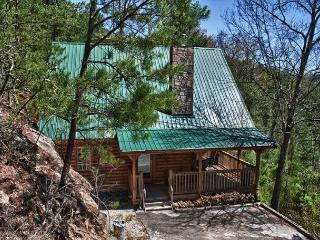 Romantic and Secluded Mountain Cabin just outside Pigeon Forge!