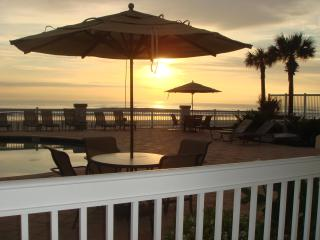 Oceanfront Suite, Ground Level and an AWESOME View, Daytona Beach