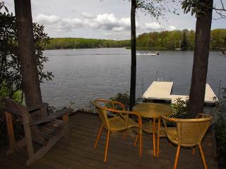 Wonderful 5 Bedroom Lakefront home with outdoor hot tub & private dock!, Oakland
