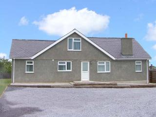CAER FELIN BUNGALOW, family friendly, country holiday cottage, with a garden in Rhosneigr, Ref 8321