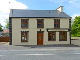 BANADA HOUSE, pet friendly, country holiday cottage, with a garden in Tobercurry, County Sligo, Ref 8306, Tubbercurry